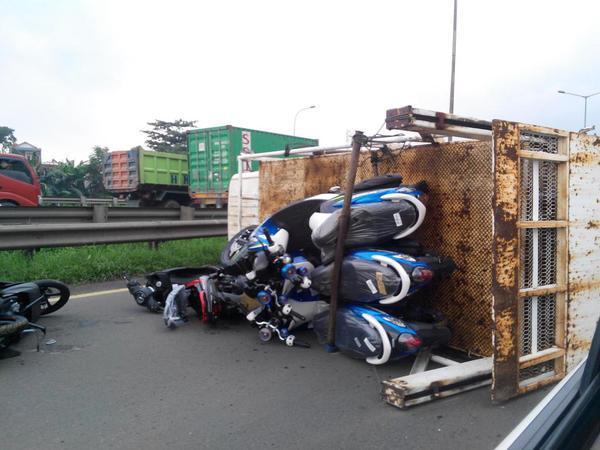 Truk Yamaha Terguling